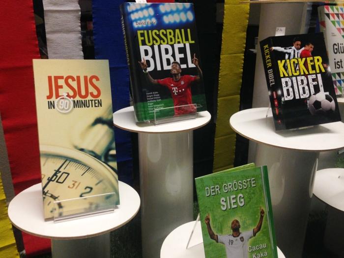 """Entdeckt im Schaufenster des """"Hauses der Bibel"""": Alles, was man schon immer über Jesus, Gott und Fussball wissen wollte."""